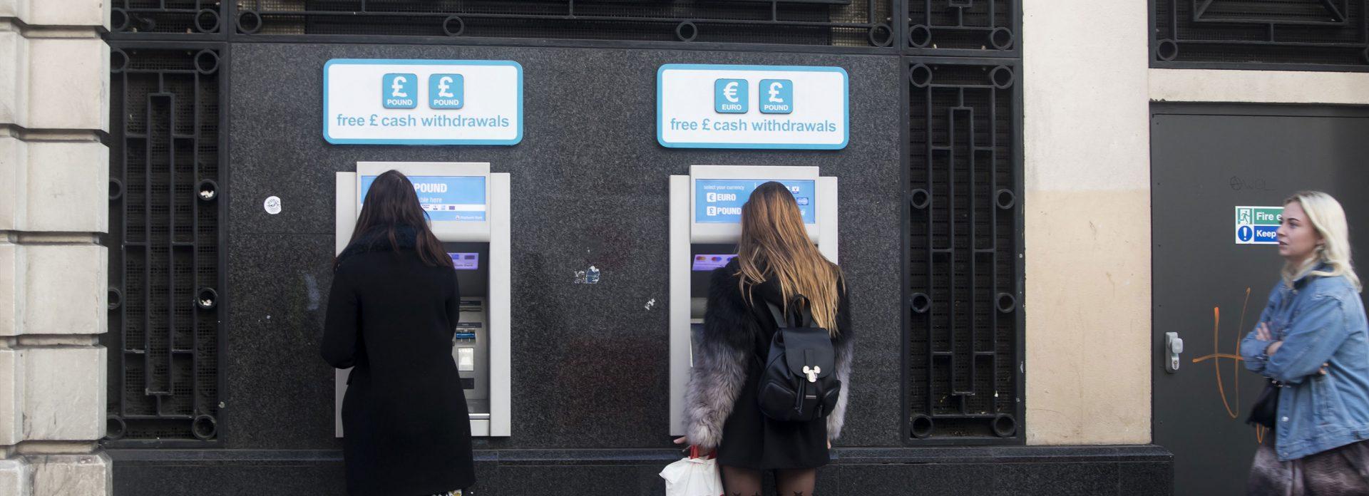 bank minibank England London ta ut penger atm
